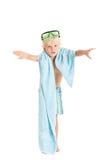 白肤金发的男孩与一块蓝色毛巾的佩带的游泳短裤和游泳面具。 免版税库存照片