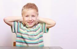 白肤金发的男孩儿童孩子覆盖物耳朵画象在t的 免版税库存照片