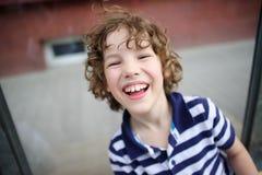 白肤金发的男孩快乐地笑 库存照片