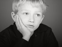 白肤金发的男孩沮丧的查找 免版税库存图片