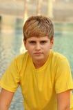 白肤金发的男孩纵向日落 免版税库存照片