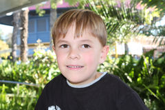 白肤金发的男孩老七微笑的年 免版税库存图片