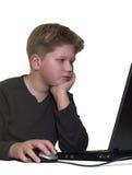 白肤金发的男孩膝上型计算机工作 免版税图库摄影