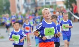 年轻白肤金发的男孩赛跑 免版税库存图片