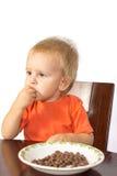 白肤金发的男孩贪婪吃坚果 库存照片