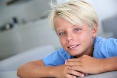 白肤金发的男孩画象有蓝眼睛的 免版税库存图片
