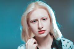 白肤金发的白变种女孩画象在演播室 免版税库存图片