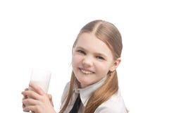 白肤金发的白种人饮用的女孩少许牛&# 库存图片