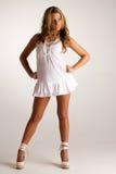 白肤金发的白色服装 免版税图库摄影