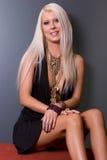 白肤金发的礼服性感的妇女 免版税图库摄影
