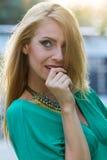 白肤金发的礼服绿色妇女 免版税库存照片