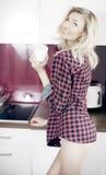 白肤金发的秀丽在早晨在厨房里。 库存图片