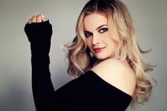白肤金发的秀丽 与卷发的美好的妇女时装模特儿 免版税库存照片