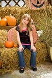 白肤金发的秋天女孩 免版税库存照片