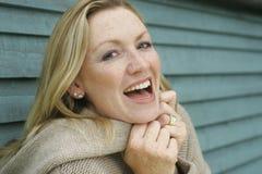 白肤金发的笑的妇女 免版税库存照片