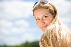 白肤金发的纵向天空夏天妇女 免版税库存图片