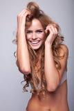 白肤金发的纵向妇女 免版税库存图片