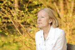 白肤金发的纵向妇女 免版税库存照片