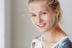 白肤金发的纵向微笑的妇女 免版税图库摄影