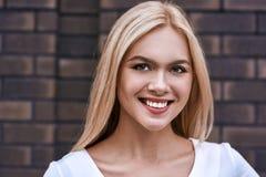 白肤金发的纵向微笑的妇女 库存图片