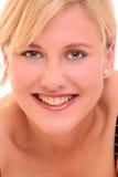 白肤金发的纵向微笑的妇女 免版税库存图片