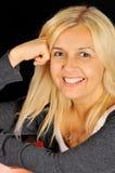 白肤金发的纵向微笑的妇女 免版税库存照片