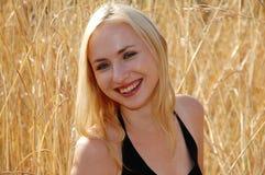 白肤金发的纵向smi妇女 免版税库存照片