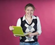 白肤金发的绿色膝上型计算机妇女 免版税库存照片
