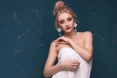 白肤金发的美丽的妇女我白色毛巾 图库摄影