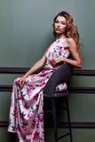 白肤金发的美好的妇女性感的夫人舞蹈家女演员展示典雅的烦恼 免版税库存照片