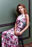 白肤金发的美好的妇女性感的夫人舞蹈家女演员展示典雅的烦恼 图库摄影