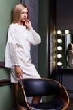白肤金发的美好的妇女性感的夫人舞蹈家女演员展示典雅的烦恼 库存图片