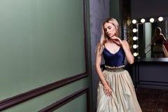 白肤金发的美好的妇女性感的夫人舞蹈家女演员展示典雅的烦恼 免版税库存图片