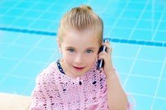 白肤金发的联系儿童的小女孩移动电话 免版税库存图片