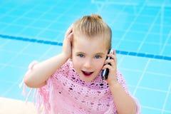 白肤金发的联系儿童的小女孩移动电话 免版税库存照片