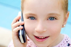 白肤金发的联系儿童的小女孩移动电话 库存照片