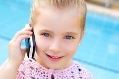 白肤金发的联系儿童的小女孩移动电话 库存图片