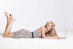 白肤金发的膝上型计算机妇女 库存照片