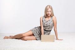 白肤金发的膝上型计算机妇女 库存图片