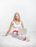 白肤金发的膝上型计算机妇女 免版税图库摄影