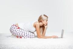 白肤金发的膝上型计算机妇女 免版税库存图片