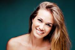 白肤金发的自然俏丽的微笑的妇女 免版税库存照片