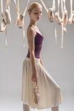 白肤金发的芭蕾舞女演员和pointe鞋子 免版税库存图片