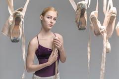 白肤金发的芭蕾舞女演员和pointe鞋子 库存照片