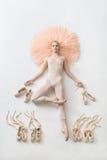 白肤金发的芭蕾舞女演员在演播室在 免版税图库摄影