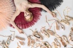 白肤金发的芭蕾舞女演员在演播室在 免版税库存图片