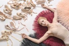 白肤金发的芭蕾舞女演员在演播室在 库存照片
