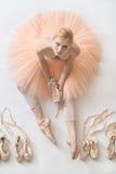白肤金发的芭蕾舞女演员在演播室 免版税库存图片