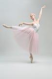 白肤金发的芭蕾舞女演员在演播室 免版税库存照片