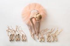 白肤金发的芭蕾舞女演员在演播室 库存图片